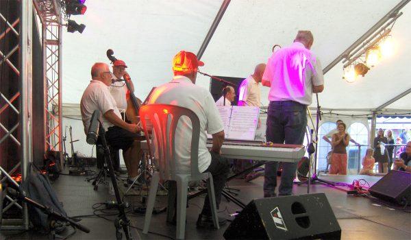 """I Musikteltet """"Rytmen"""" ved Værket i Nykøbing sluttede Royal Garden Jazzband Kulturmødet 2016 - her taget fra siden med scenelysets skær."""