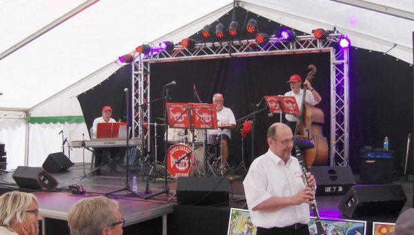 Per Nørbach nede blandt publikum og på scenen fra venstre Svend Frandsen, Olav B. Hansen og Flemming Seiersen.