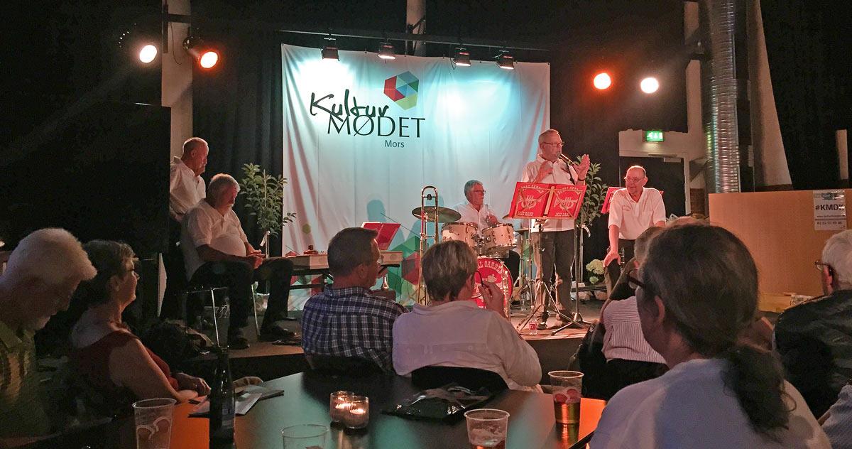 Orkesterlederen, Flemming Seiersen, fortæller her ved hovedkoncerten på Musikværket om Royal Garden Jazzbands opståen i Nykøbing Mors i 50'erne. Her var bandet husorkester i Royal Garden Jazz Club, der nu - med assistance fra bl.a. bandet - er genopstået og nærmer sig de 200 medlemmer.