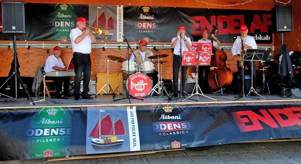 """Royal Garden Jazzband – runder de 60 år netop i år - på scenen ved træskibet """"Castor"""" i Bogense: Fra venstre Svend Frandsen, Bob Ekman, Olav B. Hansen, Poul Helge Hansen, Flemming Seiersen og Bjarne Lindenhoff."""