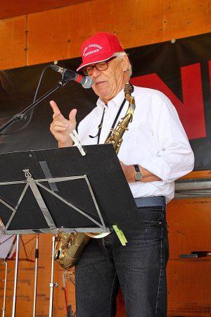 Dagens solist, Bjarne Lindenhoff  - på klarinet og tenorsaxofon, gav den også som sanger i flere af numrene.