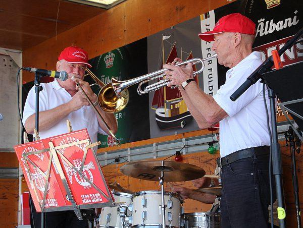 """Bob Ekmann til venstre og Poul Helge Hansen koncentreret i en """"duet"""" på basun og trompet."""