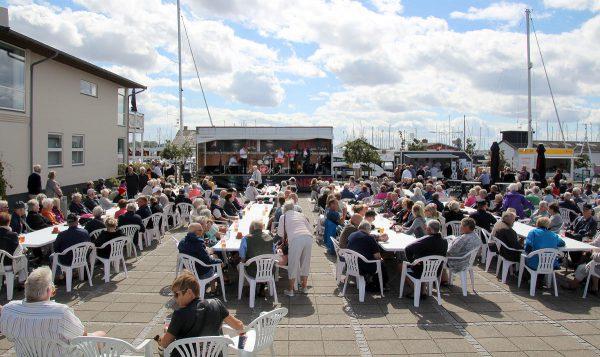 """Der var fyldt til sidste plads på de 300 stole på havnen i Bogense i de tre timer Royal Garden Jazzband spillede ved træskibet """"Castor"""".  Dertil kom, at mange måtte stå op rundt omkring. Så der kom gode penge i kassen til vedligeholdelsen af det gamle træskib."""