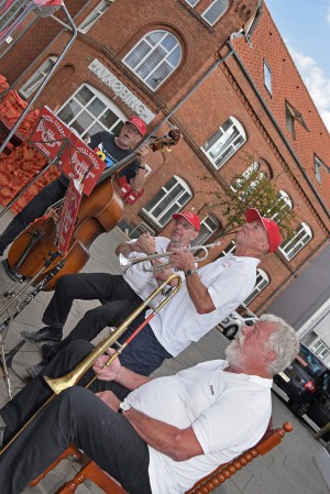 """På Lilletorv foran Hotel Nykøbing (i baggrunden) spillede vi en afslappet og  """"skæv"""" koncert (i hvert fald billedmæssigt). Fra højre Botha Christensen, Poul Helge Hansen, Per Nørbach og Flemming Seiersen."""