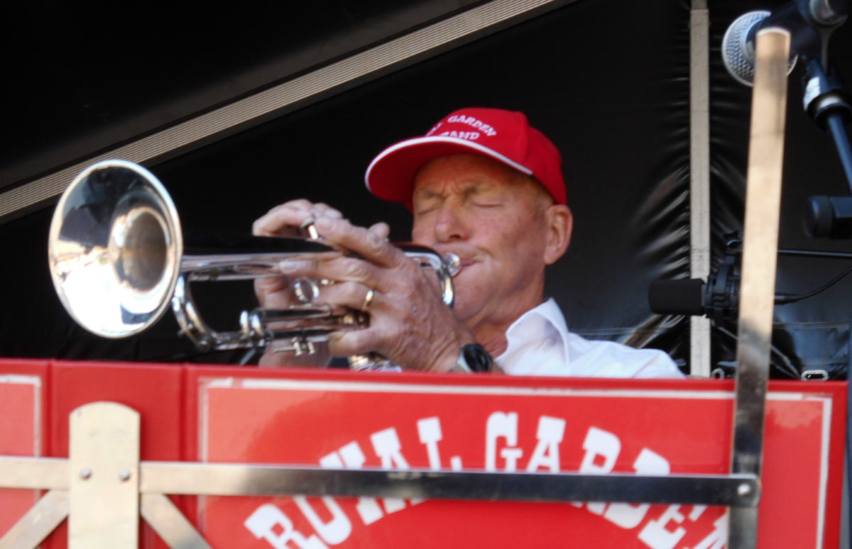 Trompetisten Poul Helge Hansen i et koncentreret trompetspil.