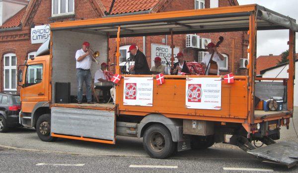 Inden jubilæumskoncerten kørte Royal Garden Jazzband rundt i Nykøbings gader og spillede på lastvogn.