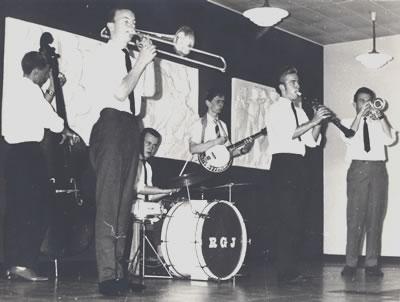 Her det første officielle billede af det, der i starten hed Royal Garden Jazzmen. Den eneste tilbageværende fra den gang er bassisten, Flemming Seiersen.